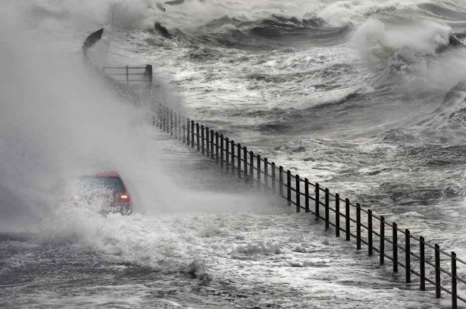 圖片:蘇格蘭一輛大眾汽車淹沒在洪水中