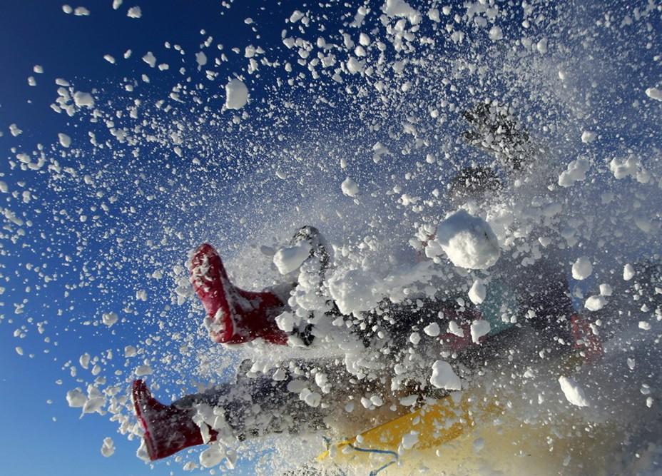 圖片:坐雪撬者從斜坡上跳下時伸出的靴子