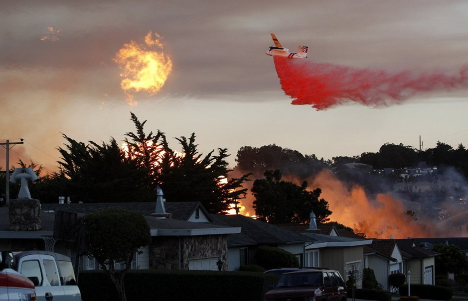 圖片:一架飛機播撒阻燃劑