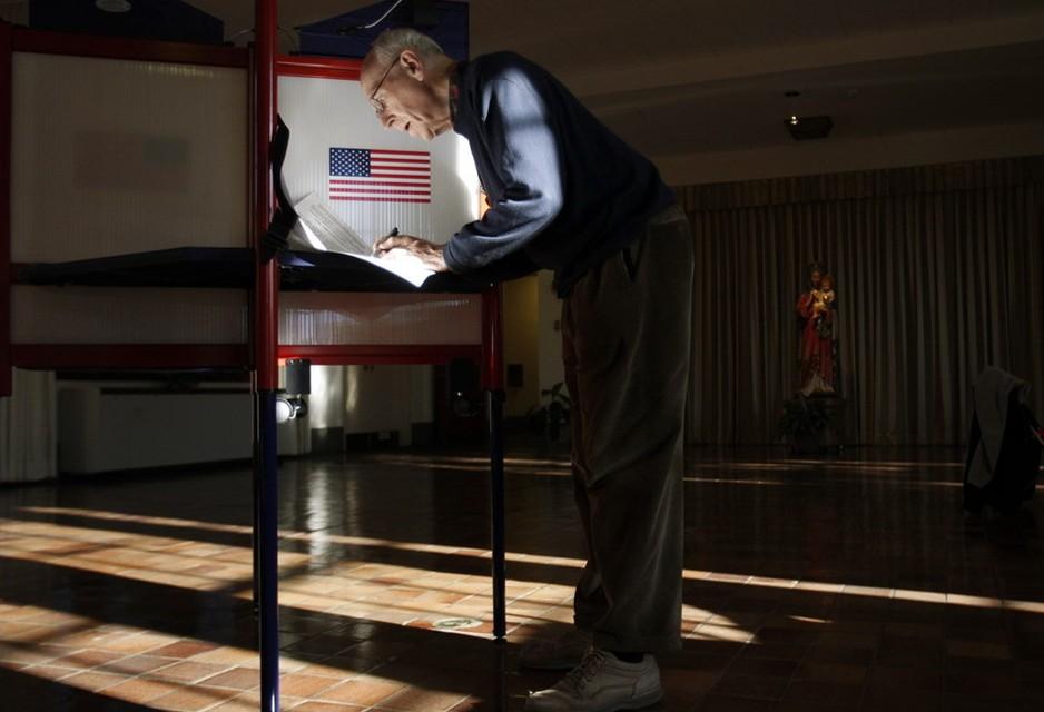 圖片:教會的一名成員正在填寫選票