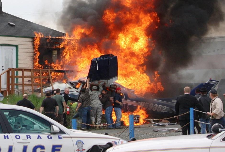 圖片:路人和警察一起搜尋起火後的飛機殘骸