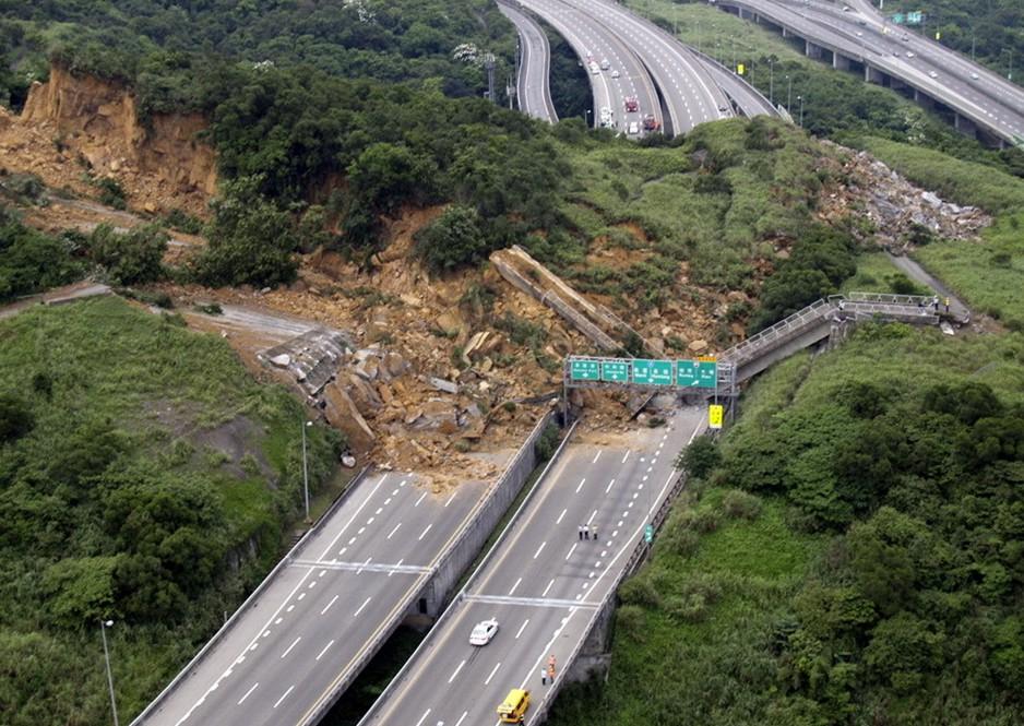 圖片:滑坡破壞了台灣北部港口都市基隆外主要高速幹道的一部分