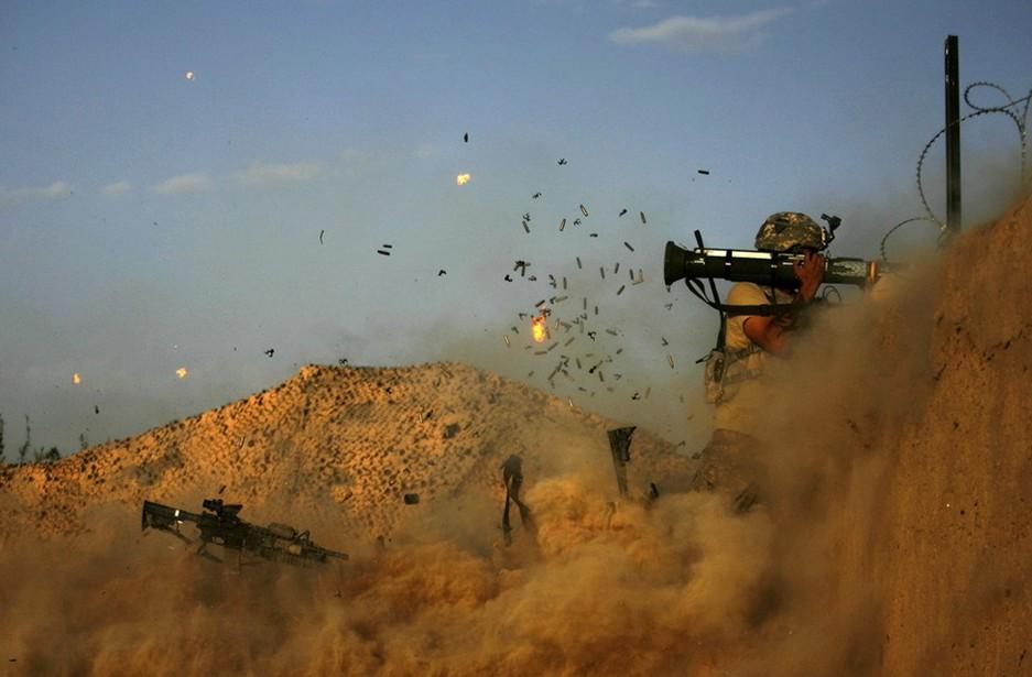 圖片:戰士向武裝分子開火