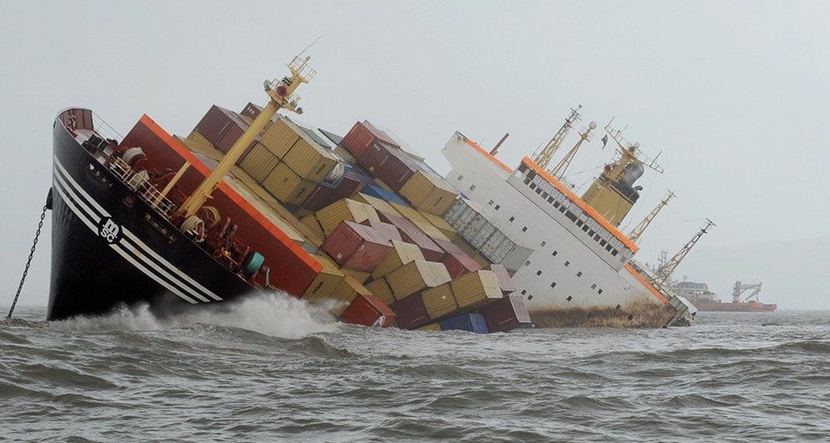 圖片:一艘輪船與另外一艘船相撞後嚴重傾斜