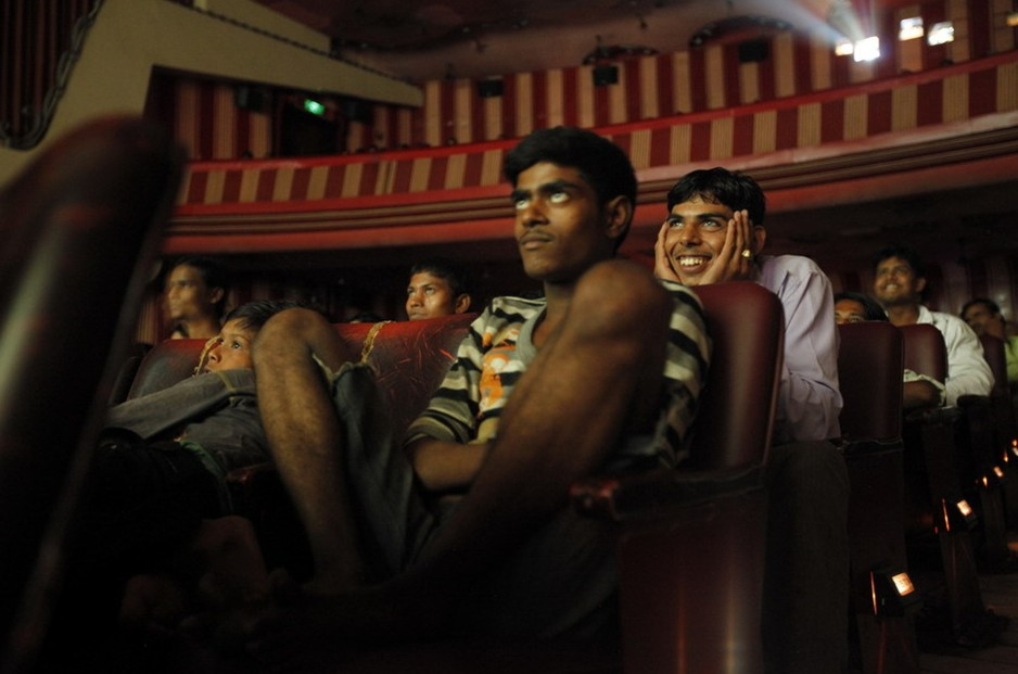 圖片:印度青年在孟買劇院觀看電影