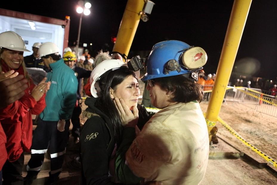 圖片:剛從智利聖何塞礦井中被救上來的礦工與妻子緊緊相擁
